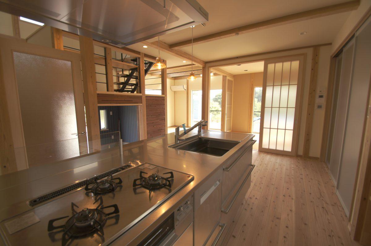 真壁工法で塗り壁、無垢材などをふんだんに使った天然素材住宅。