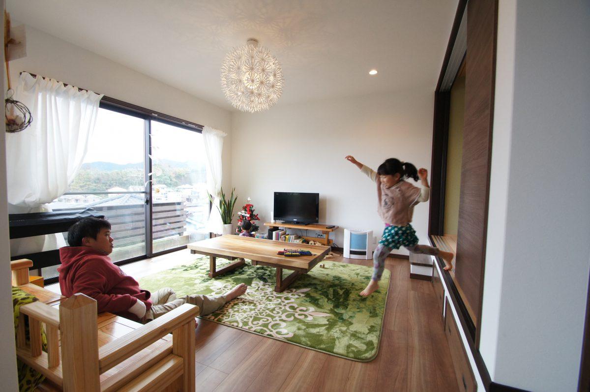 高台にあるお家は大きな窓から街並みと海を一望。<br />