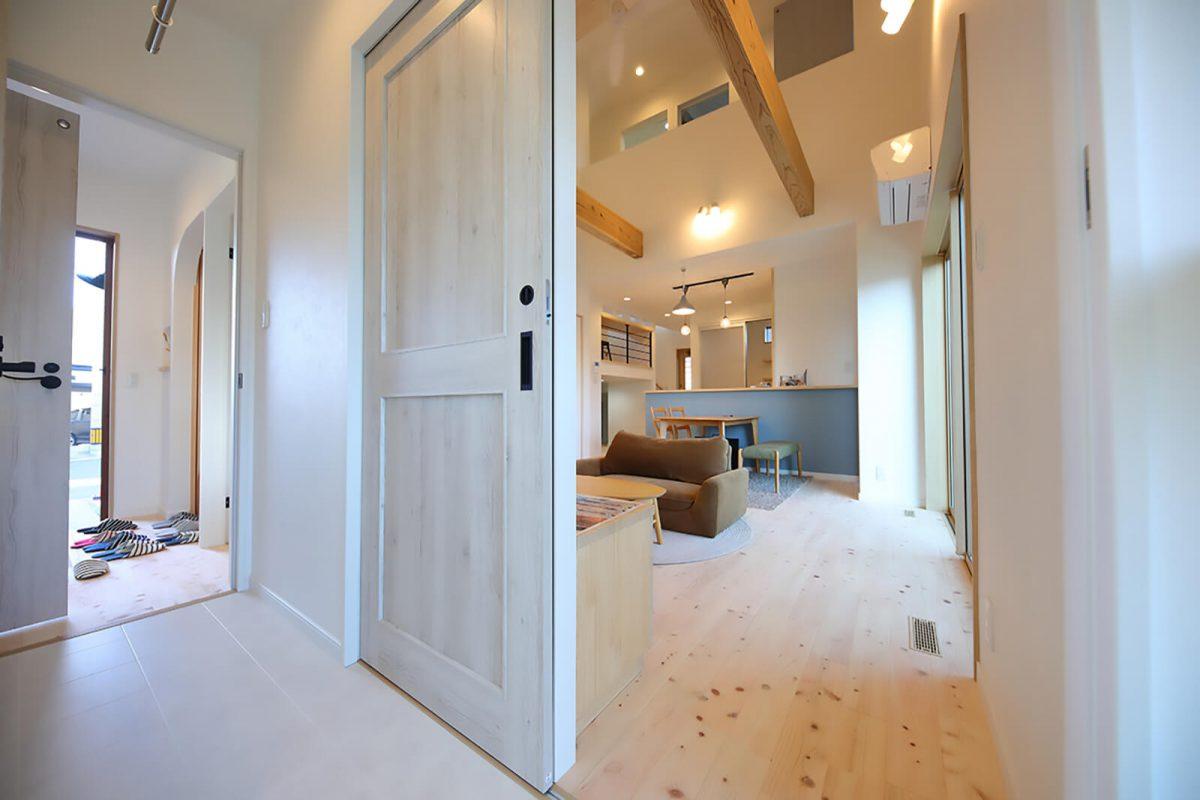 LDK横のウッドデッキがお部屋をさらに開放的に感じさせてくれます。