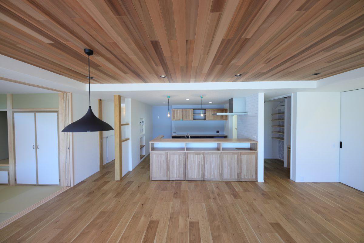 リビング床と同じ高さでつながるウッドデッキはセカンドリビングのような感覚です。