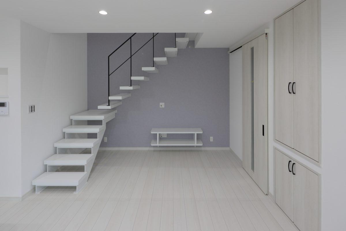 アイボリーを基調とした空間に、霞色のワンポイントで統一したシンプルモダンな空間が魅力的
