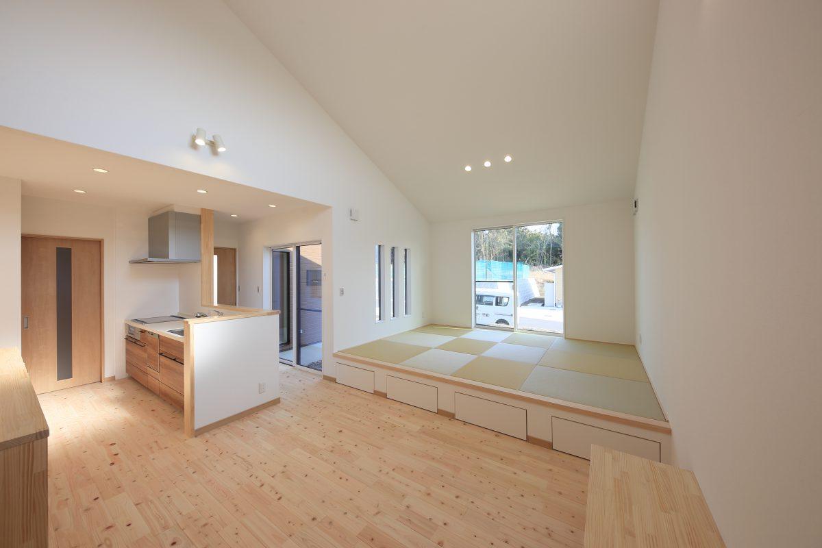 家族が集う憩いのLDKは、勾配天井と大きなFIX窓から差し込む光でいつも明るくて過ごしやすい空間に