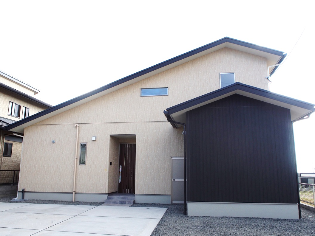 外から出し入れできる外用のKURA収納と、室内のスキップフロア下のKURA収納で用途に合わせて、たっぷり収納できる嬉しい間取り