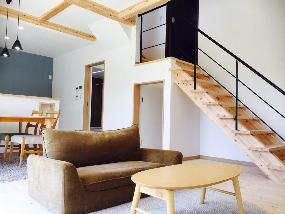 階段の途中には、ご主人こだわりの落ち着いたホームオフィス空間を設けることで、家族を身近に感じながらもお仕事が捗ります