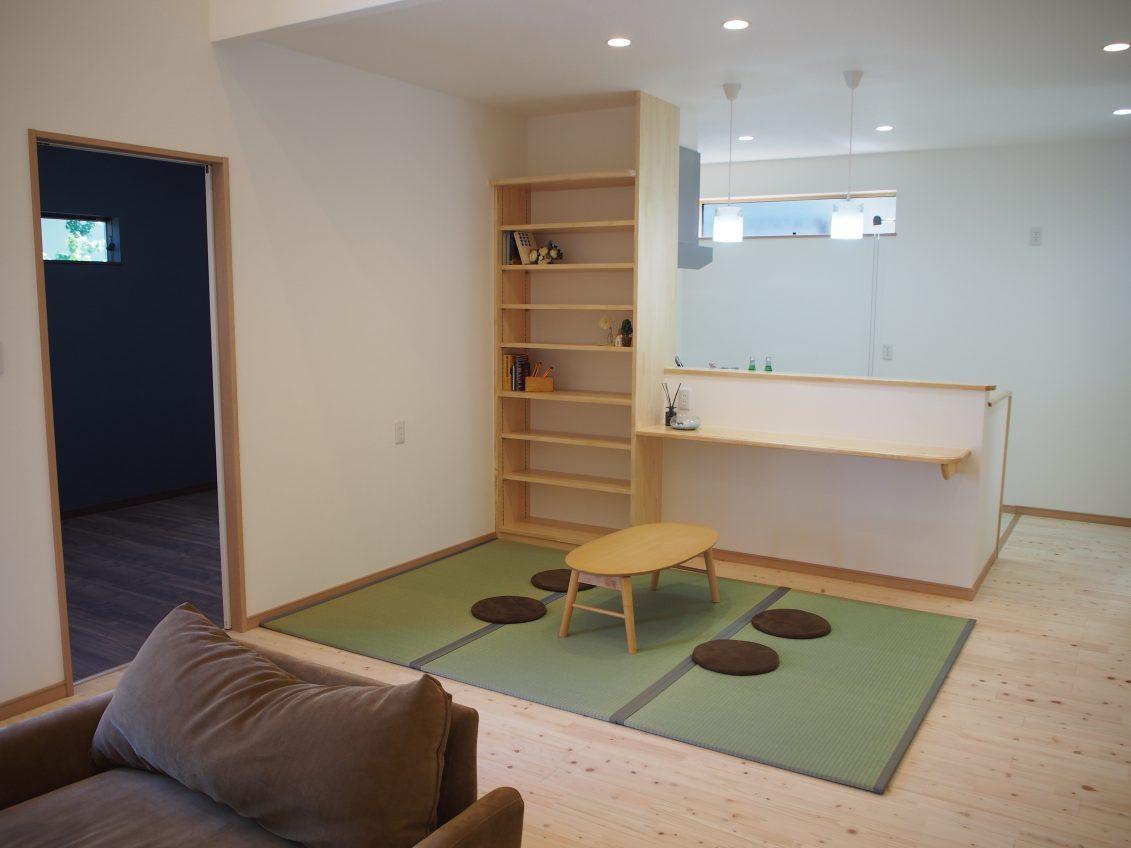 床の間にある原木の床柱は、和室の中でも目を引く存在感<br />