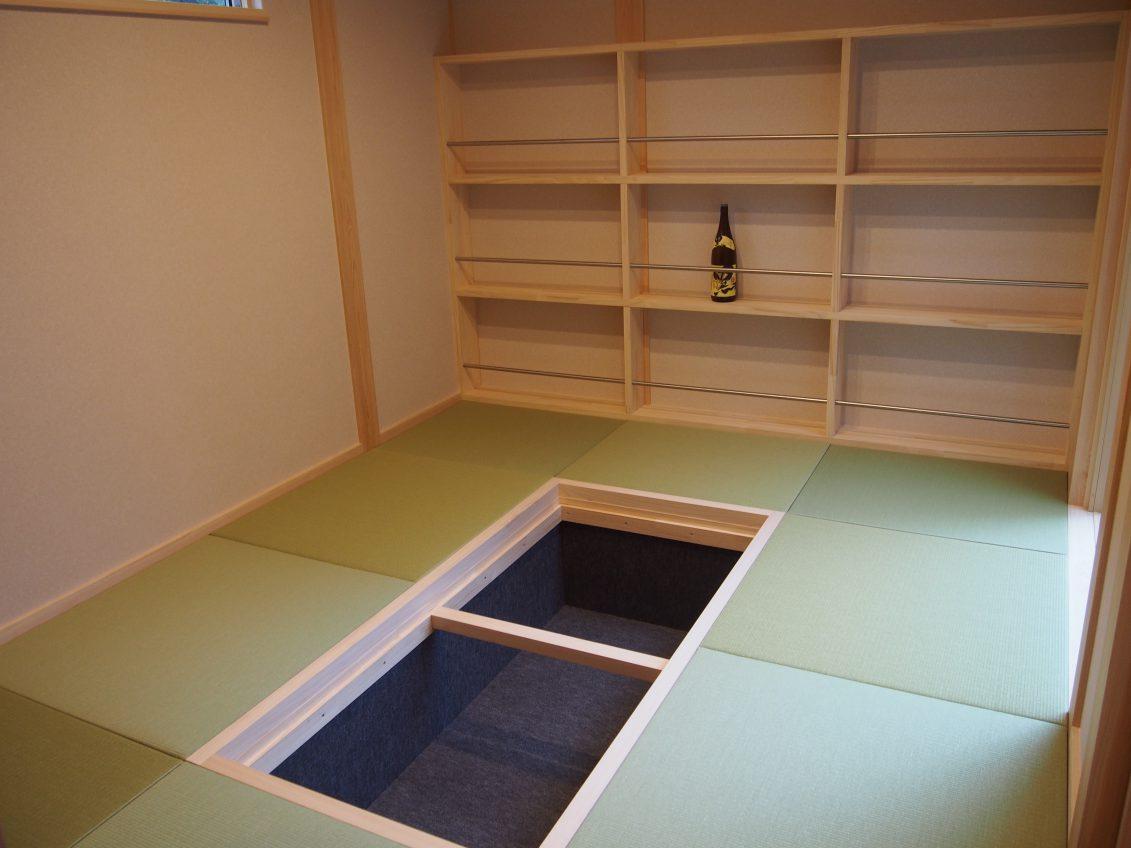 壁一面にオーナー様こだわりの焼酎コレクションを置ける棚と、ご友人と語らいながら呑める掘りごたつが魅力的な和室