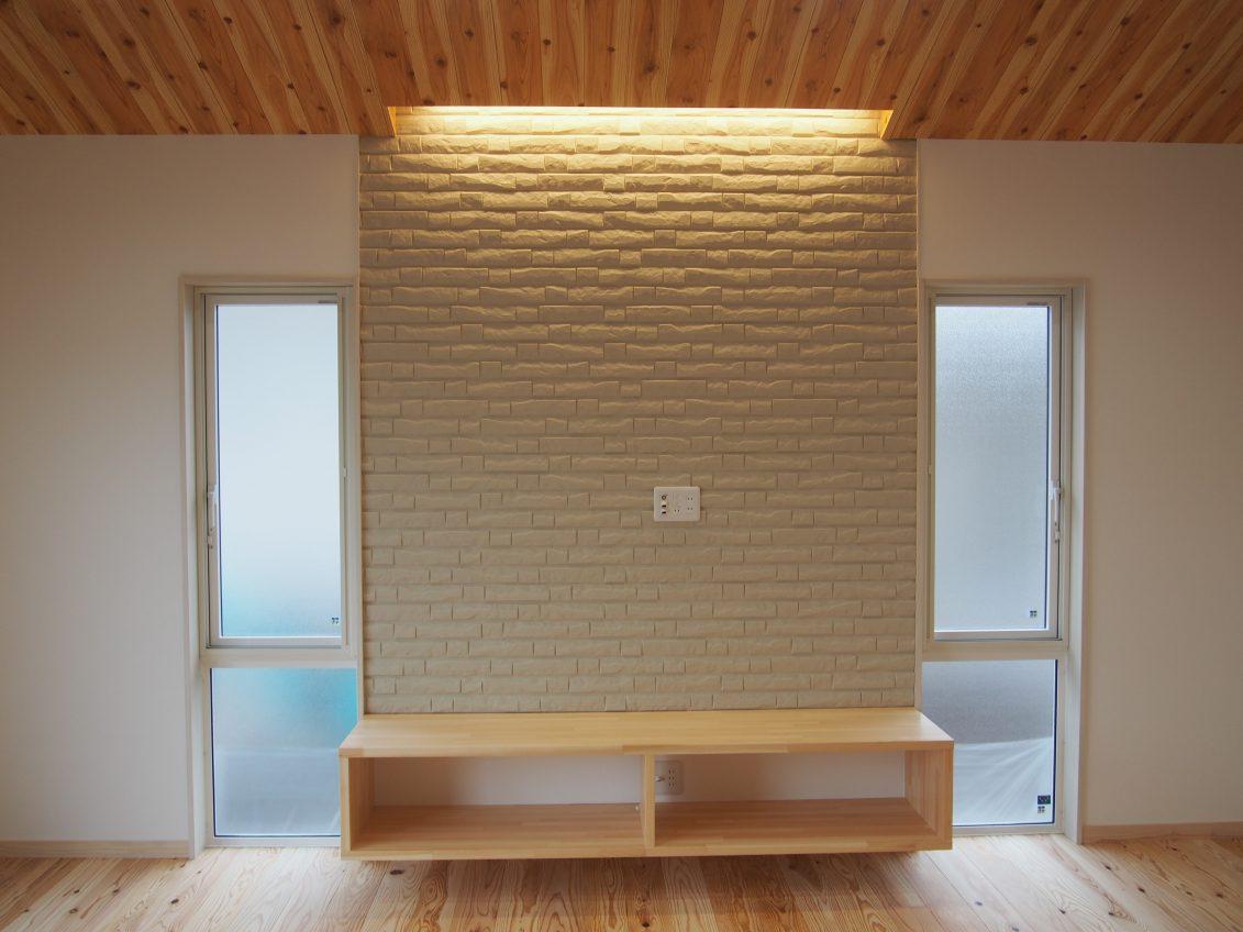 リビング・ダイニングの勾配天井を板張りにすることで、木目や色合いがシックな雰囲気を演出<br /> 床の無垢材との相性も良く、温もりを与えてくれます