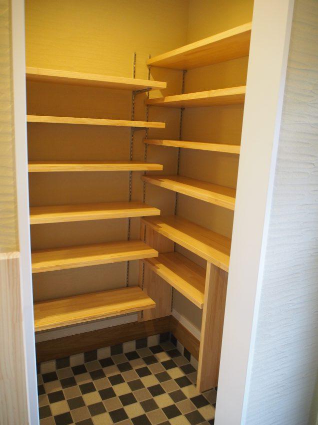 施工事例:階段に大きな本棚があるお家