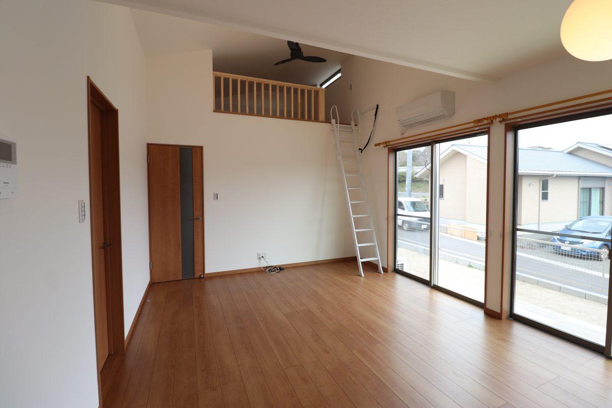 和室の上の空間をうまく利用した、たっぷり収納のできるロフトがあるリビング