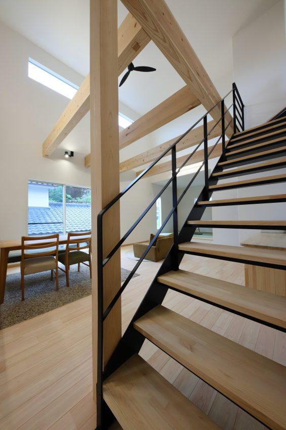施工事例:大きな梁とストリップ階段が魅力的なリビングのある住まい