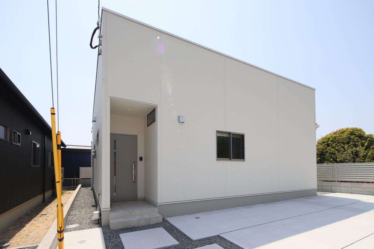 お家全体を白で統一された明るく、清潔感のある空間は暖色系のライトで優しい雰囲気に