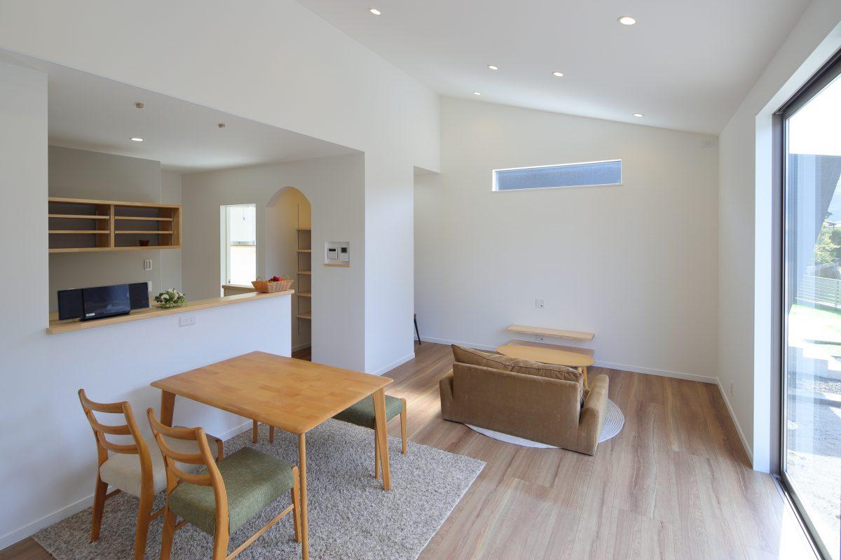 家族がくつろぐリビングは、天井に勾配をつけて、広々リラックスできる空間に。<br />
