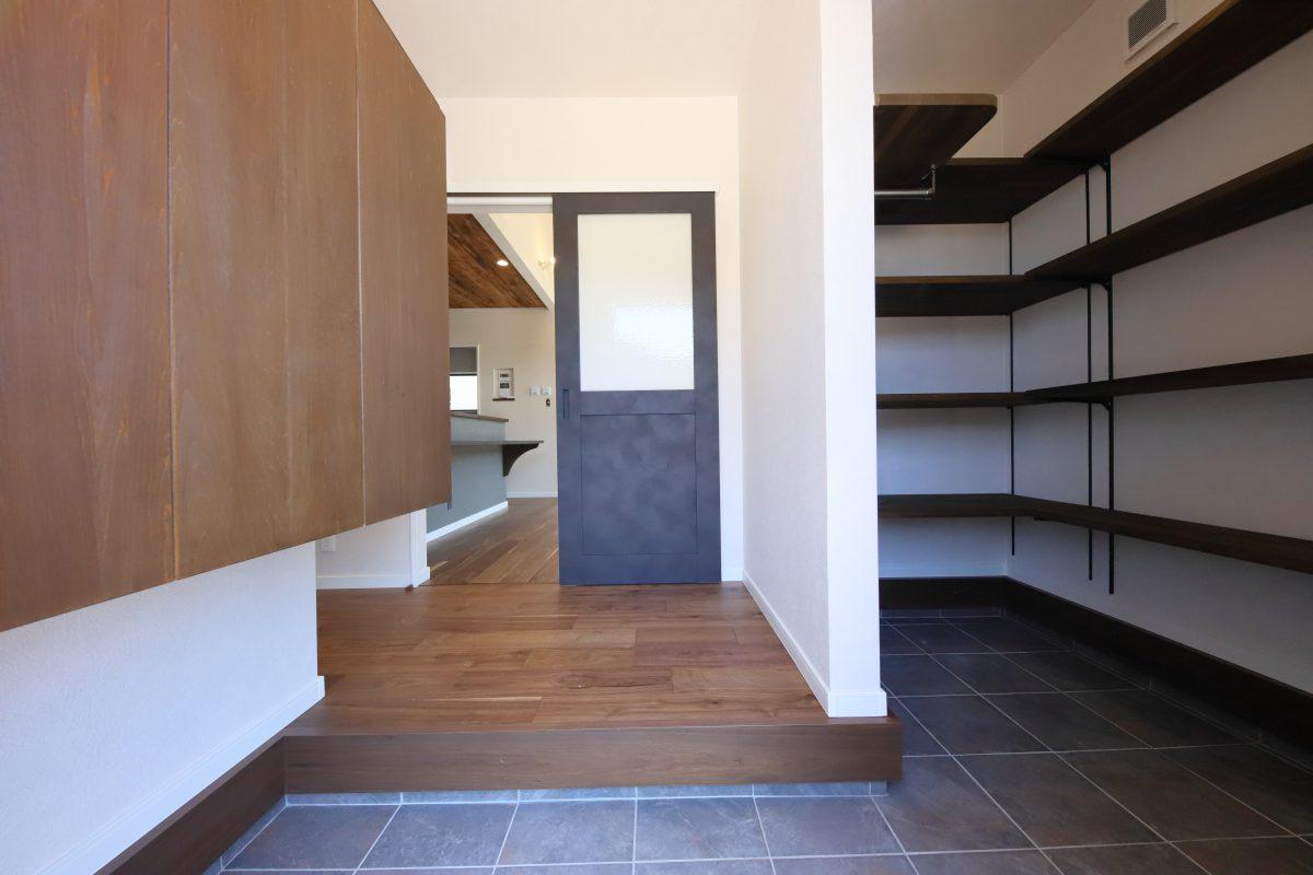 施工事例:シックな板張り天井のキッチンがある平屋