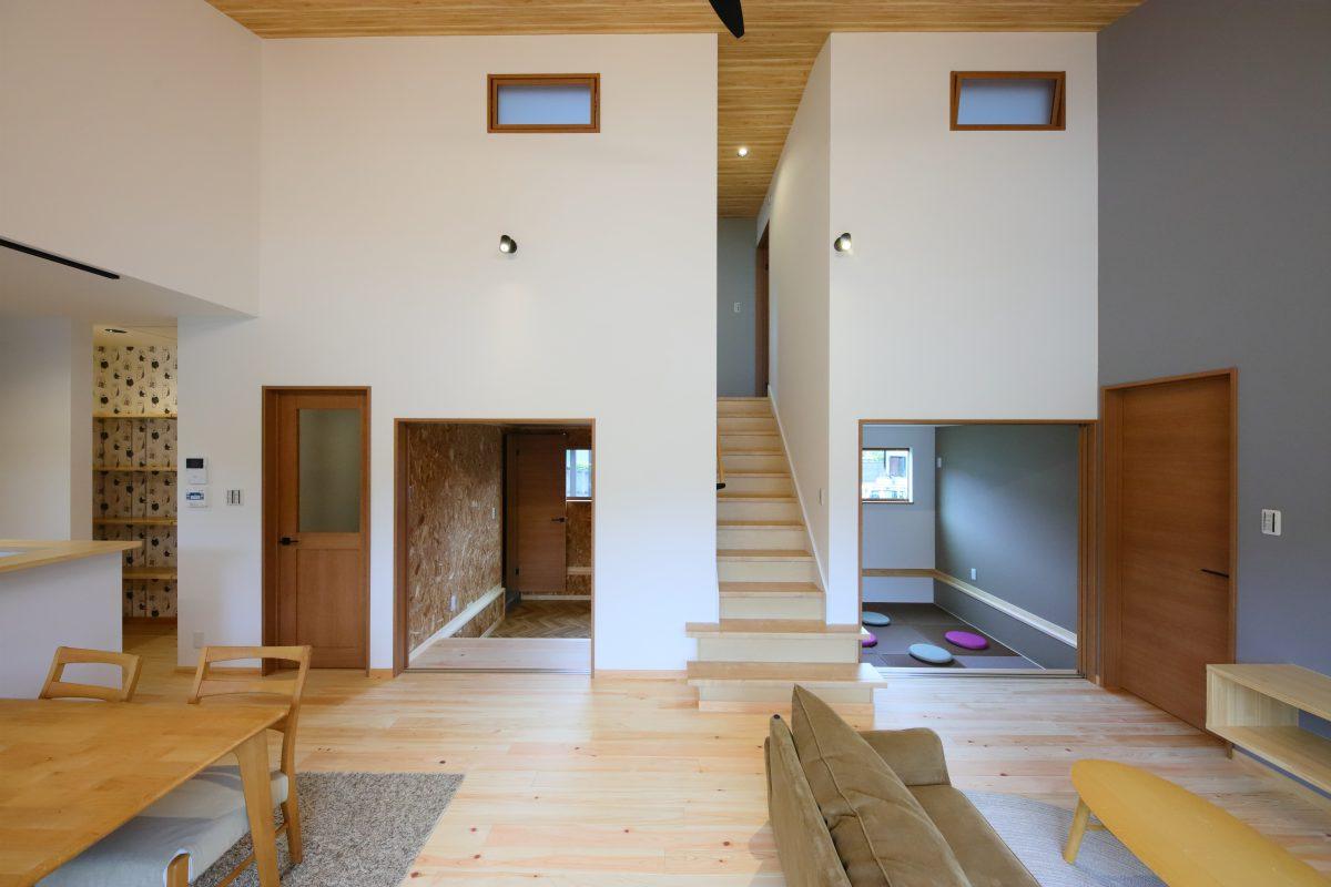 リビングから一段下がった半地下和室は遊び心のある空間で隠れ部屋のような雰囲気に
