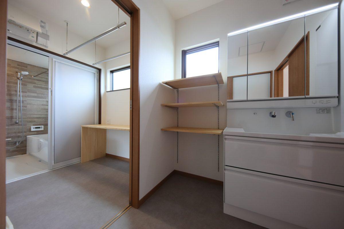 施工事例:オーダーメイドのステンレスキッチンのある2階建て
