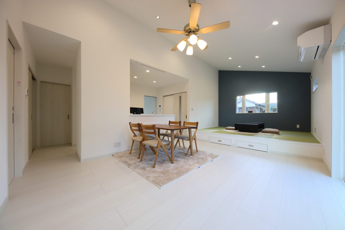 LDKと続きの和室を合わせた21帖の広いスペースに、大きな勾配天井でより解放感を感じる空間が魅力的<br />