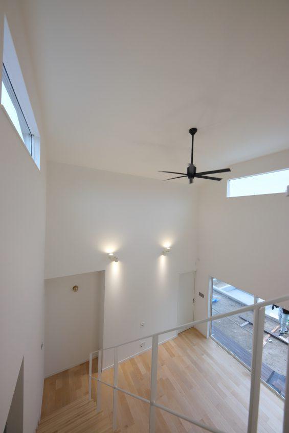施工事例:吹抜けと白い鉄骨階段のある2階建て