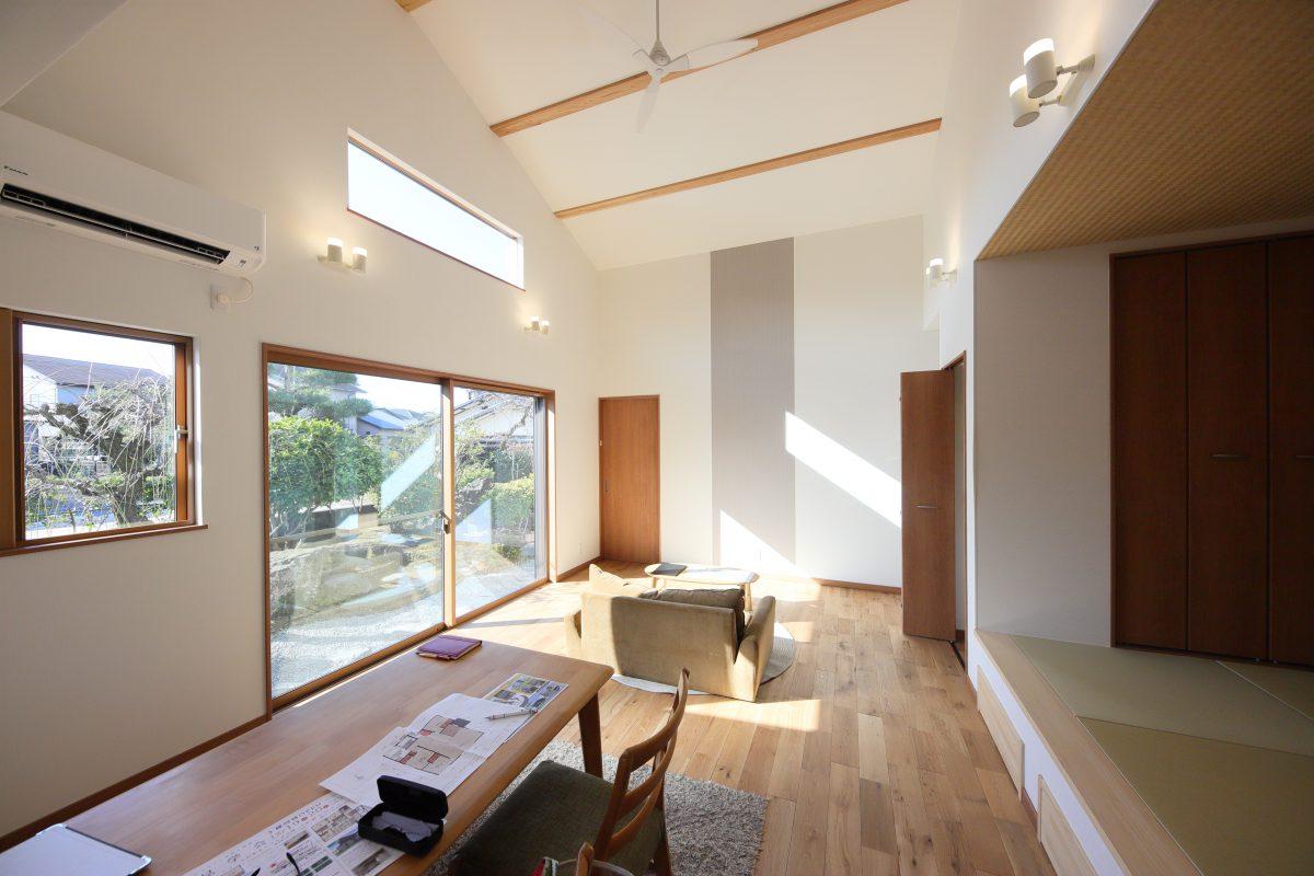 大きな窓のある明るいLDKには、梁を施した勾配天井とアクセントクロスでデザイン性のある空間に
