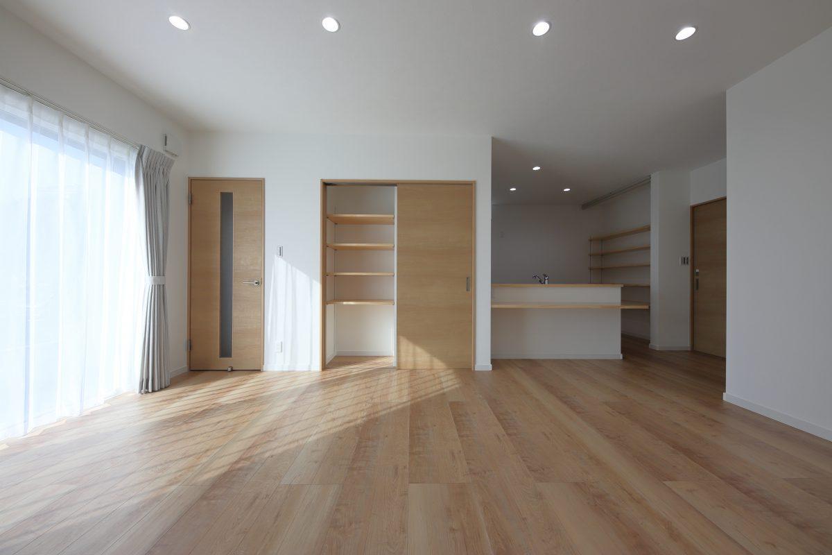 玄関からLDKとキッチン両方へ上がることができる、家事がしやすい平屋のお家