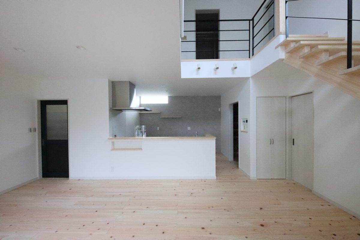 15.3帖のLDに明るい吹抜けとヒノキのストリップ階段がお家のシンボルに