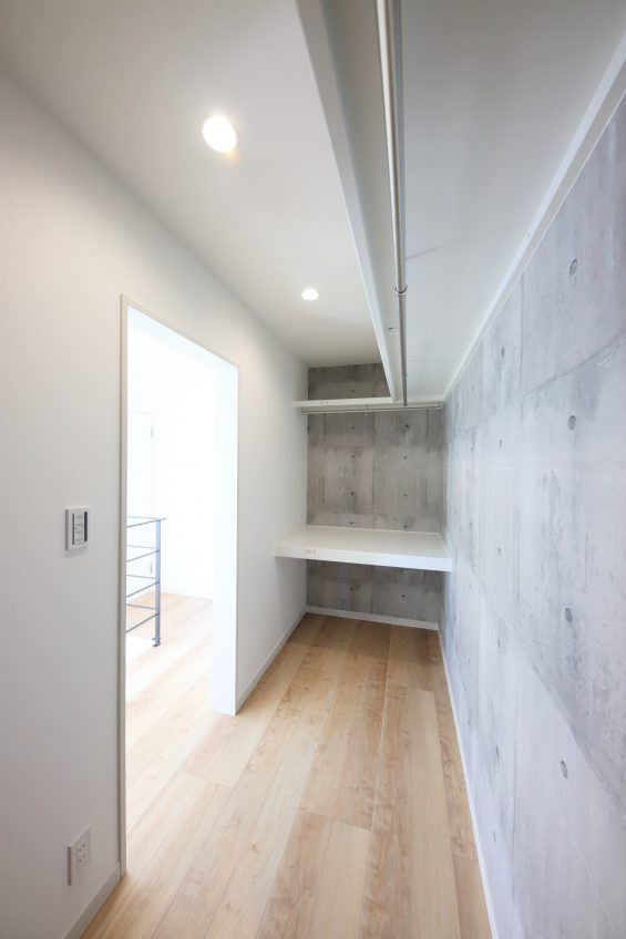 施工事例:吹抜けにヒノキのストリップ階段があるお家