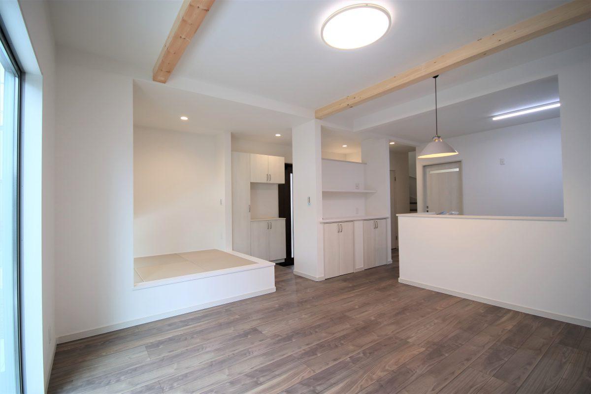 両サイドに出入りできる玄関は、プライベート用とお客様用に使い分けたり、お客様が多くても玄関を広く使えるのでとっても便利♪