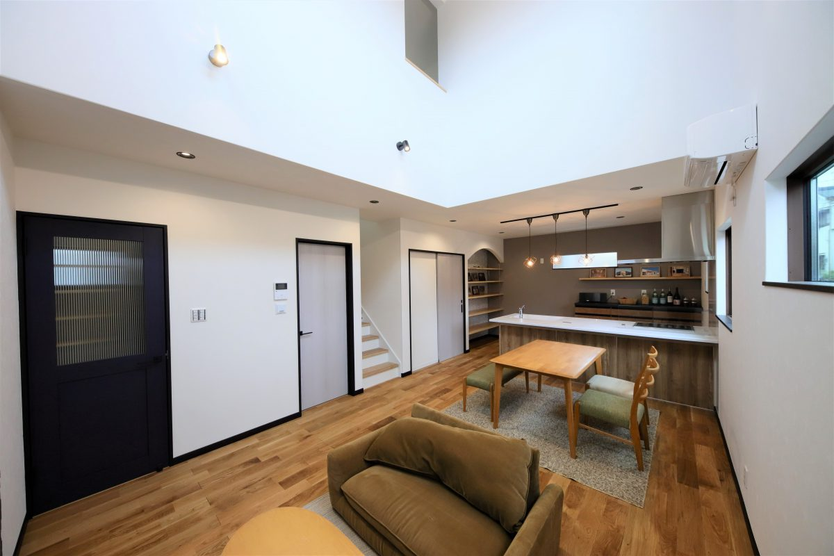 30坪の敷地に吹き抜けのある、開放感溢れるリビングには板張りの天井がより明るい雰囲気を演出
