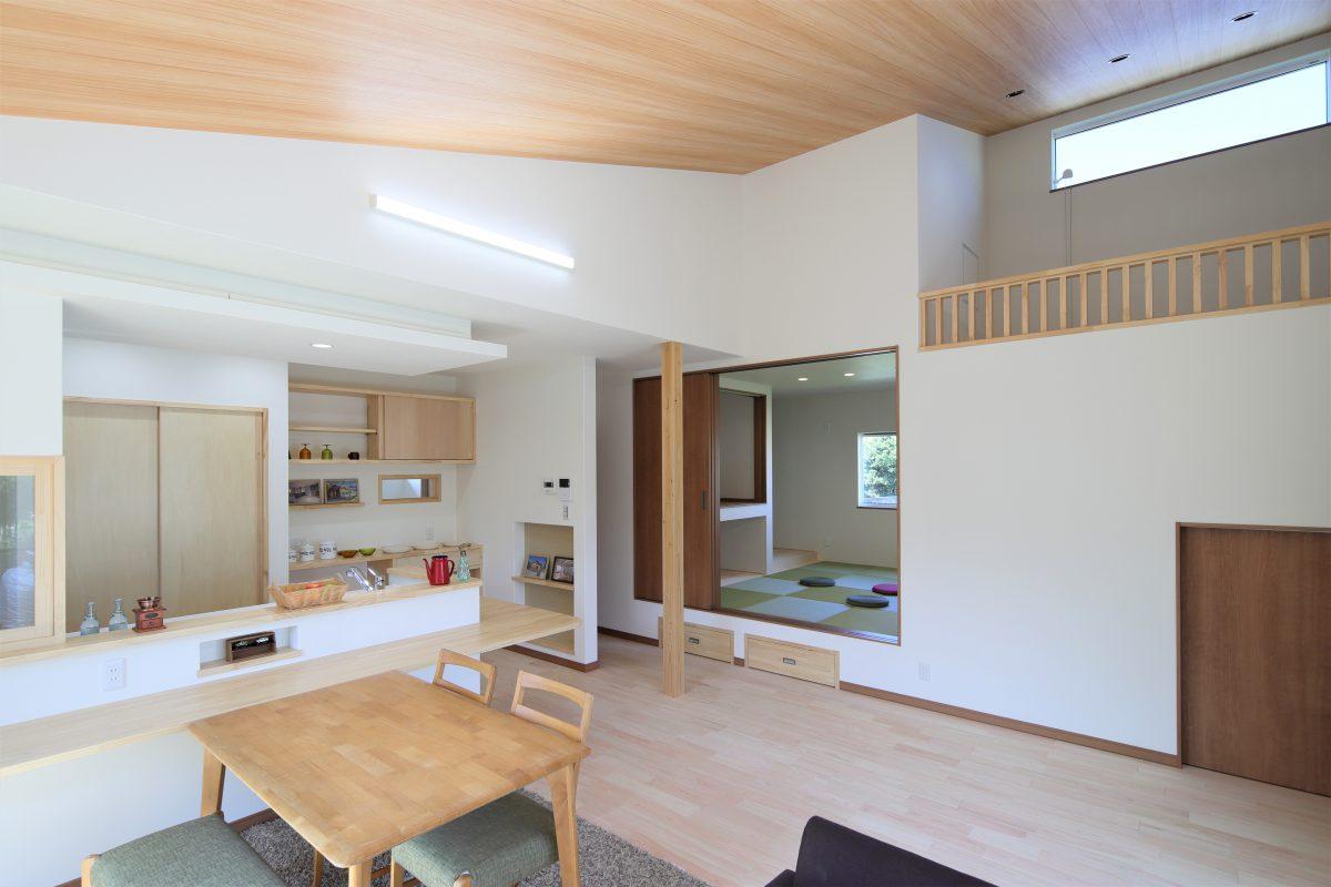 板張りの勾配天井は、木目の明るい色合いがお部屋全体を明るく・柔らかい雰囲気にしてくれます