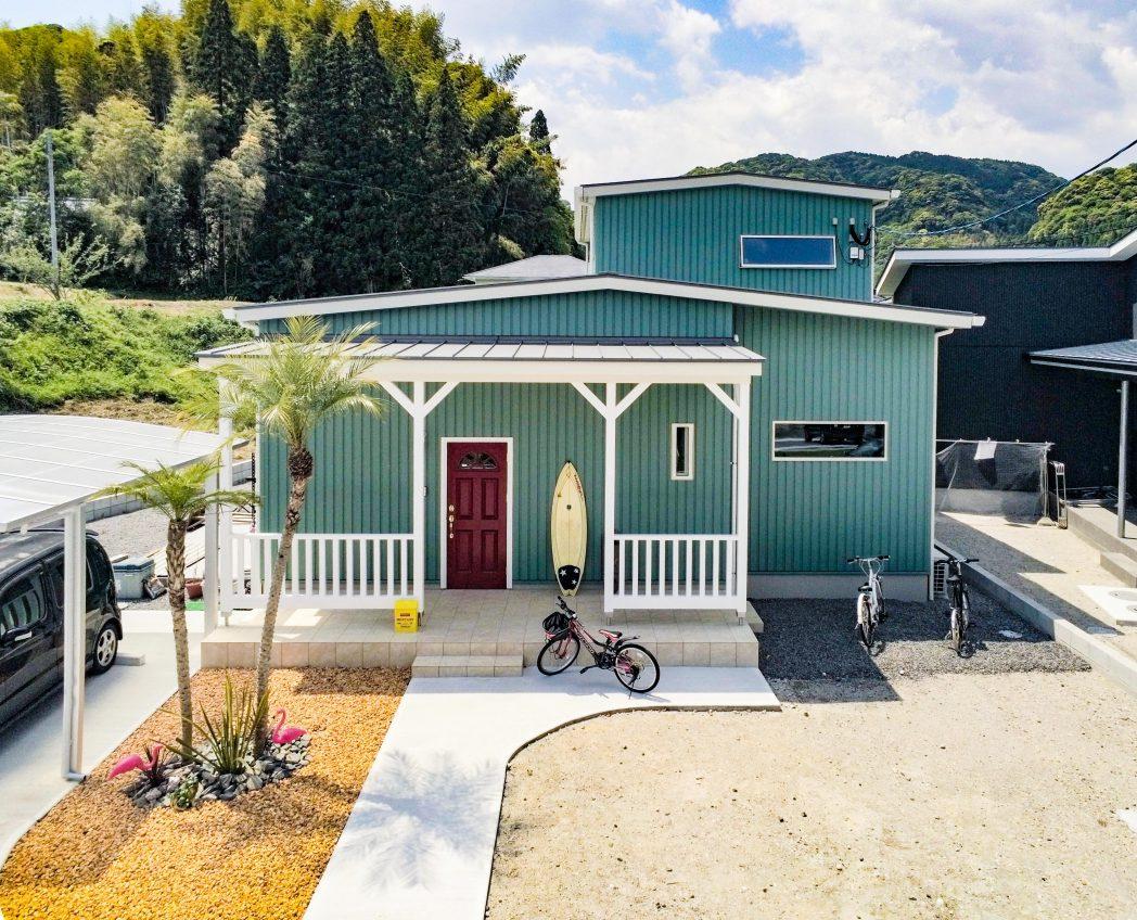 カリフォルニアやハワイをイメージさせてくれる玄関前にあるカバードポーチは、自然とみんなが集まり暮らしに楽しさを添えてくれます♪