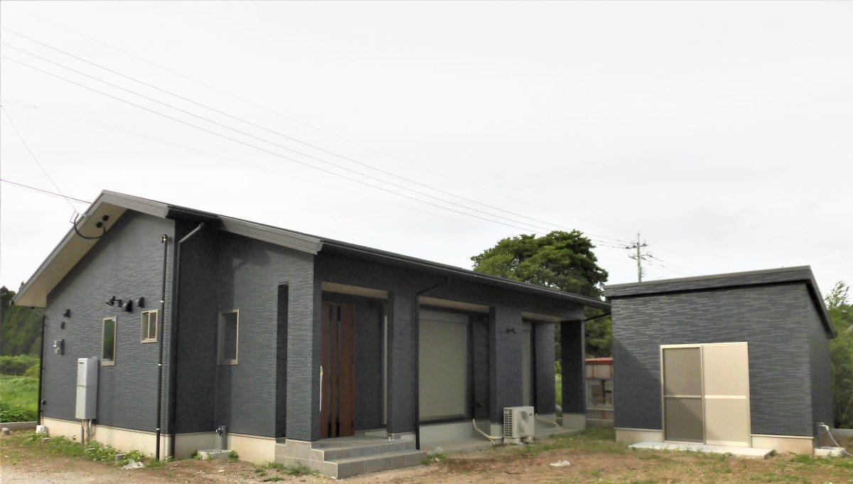 6帖の収納力のある倉庫を併設した3LDKの平屋の住まい<br />