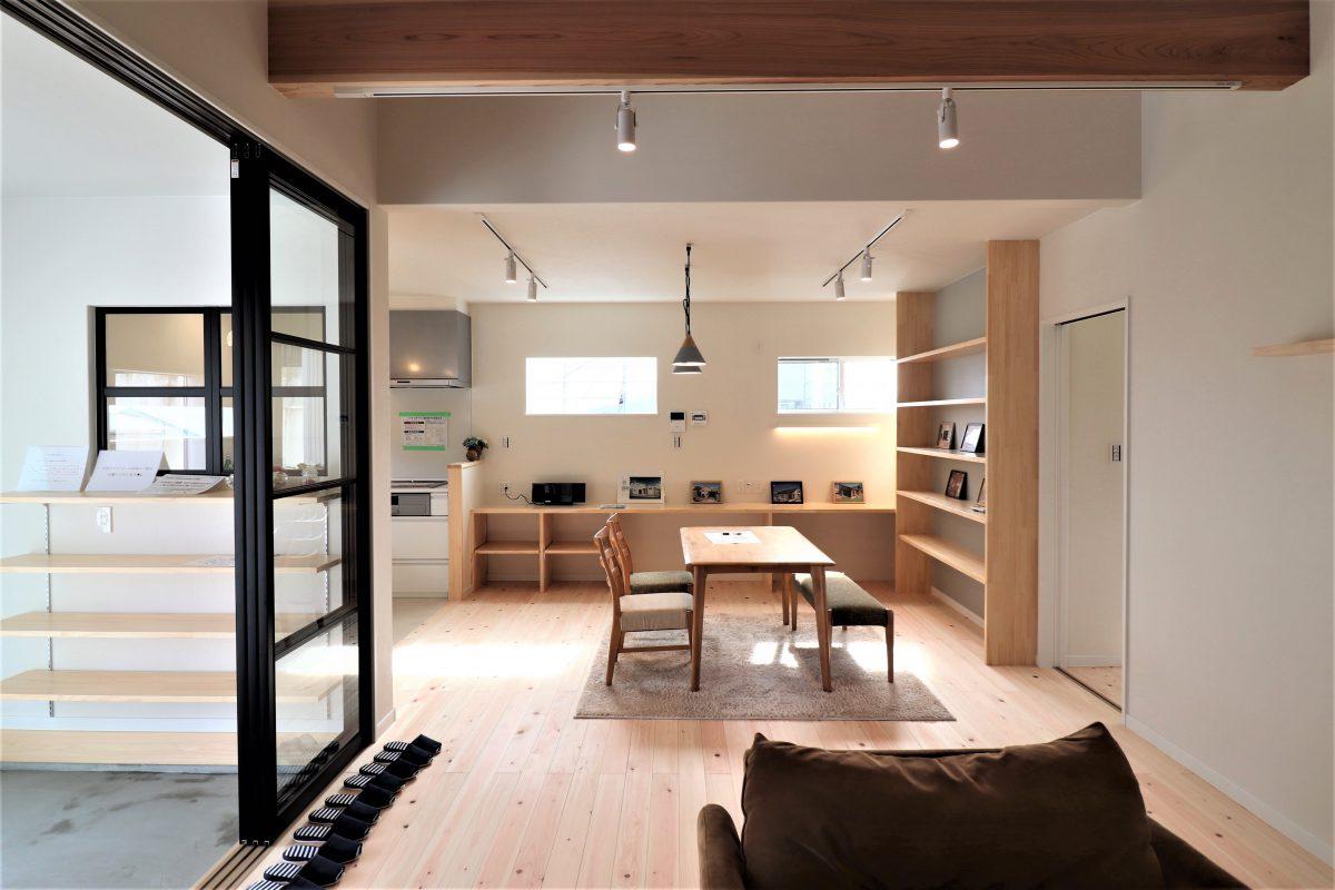 3.8帖の広々とした土間玄関には、オープン収納としてレインコートなどをそのまま掛けられるハンガー掛けや<br /> シューズクローゼットなどの機能性とオシャレな室内窓やオープンな引戸でカフェのような雰囲気を兼ね備えています♪