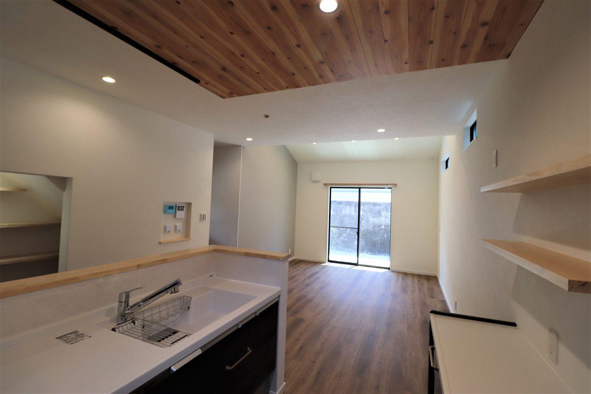 キッチンの天井に明るい木目をあしらった明るいキッチンは、まるでコテージにいるような爽やかな雰囲気に♪